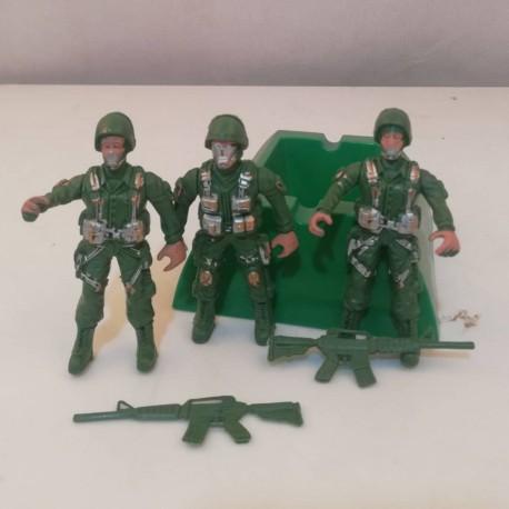 سرباز جنگی با اسلحه
